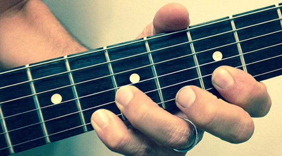 ۵ اشتباه هنرجویان در تمرین گیتار