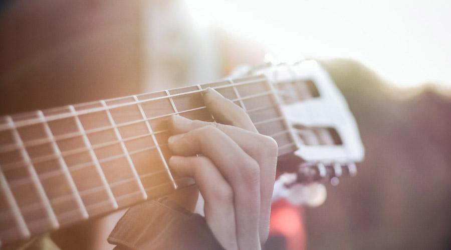 باید چند ساعت در روز گیتار تمرین کنم؟